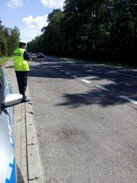 Policjant wykonujący pomiar prędkości zbliżającego się pojazdu