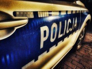 Napis POLICJA na radiowozie